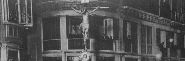 La primera procesión en la prensa de la época. La primera foto de la Cofradía en la calle.